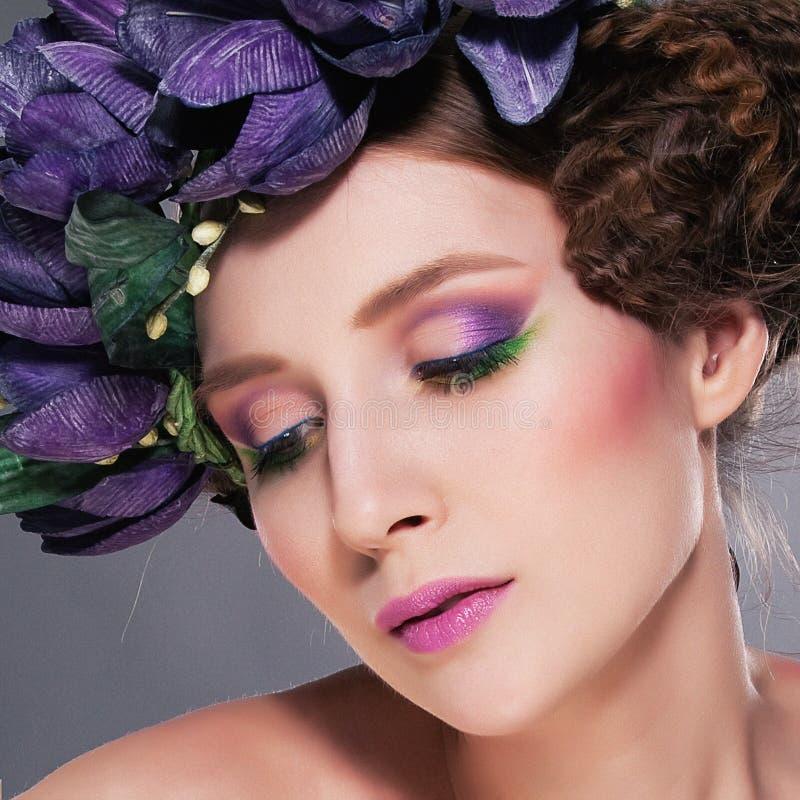Brunette di modello eccellente in corona dei fiori fotografie stock