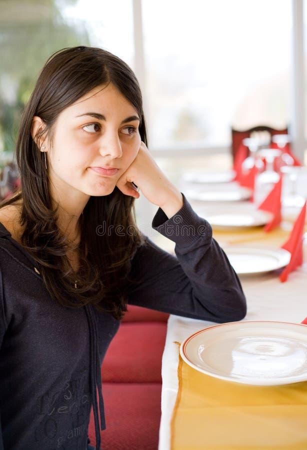 Brunette die in een restaurant wacht royalty-vrije stock foto