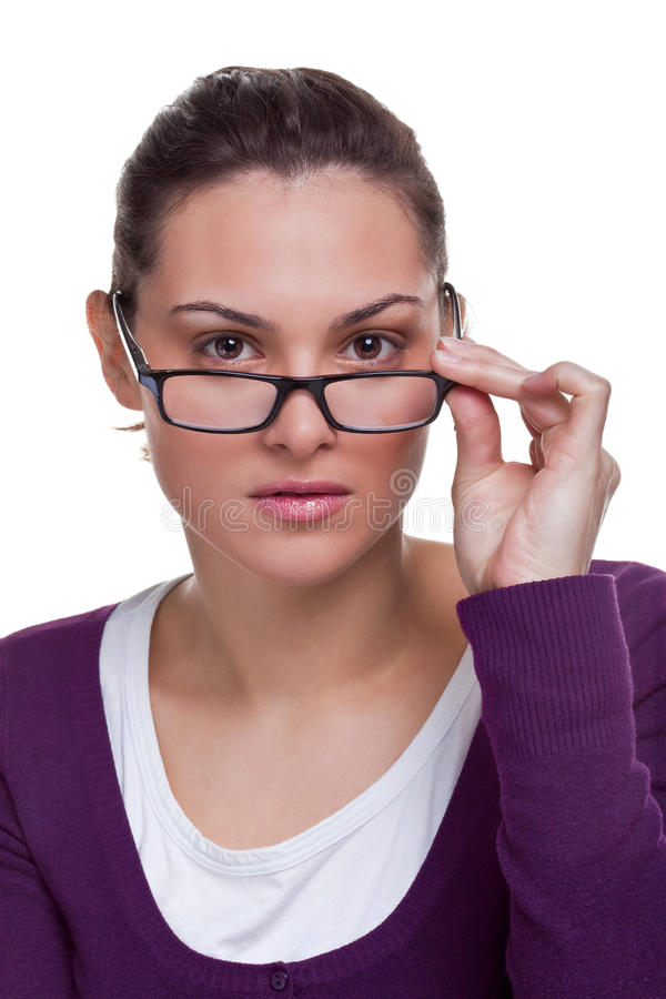 Brunette die haar glazen aanpast stock fotografie