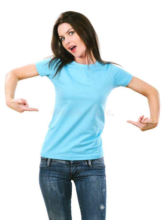 Brunette die op haar leeg lichtblauw overhemd richten royalty-vrije stock fotografie