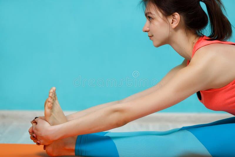 Brunette die yoga op deken doen stock foto