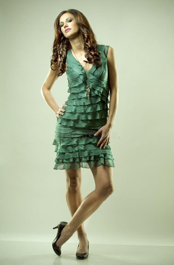 Brunette e vestido do verde imagem de stock royalty free