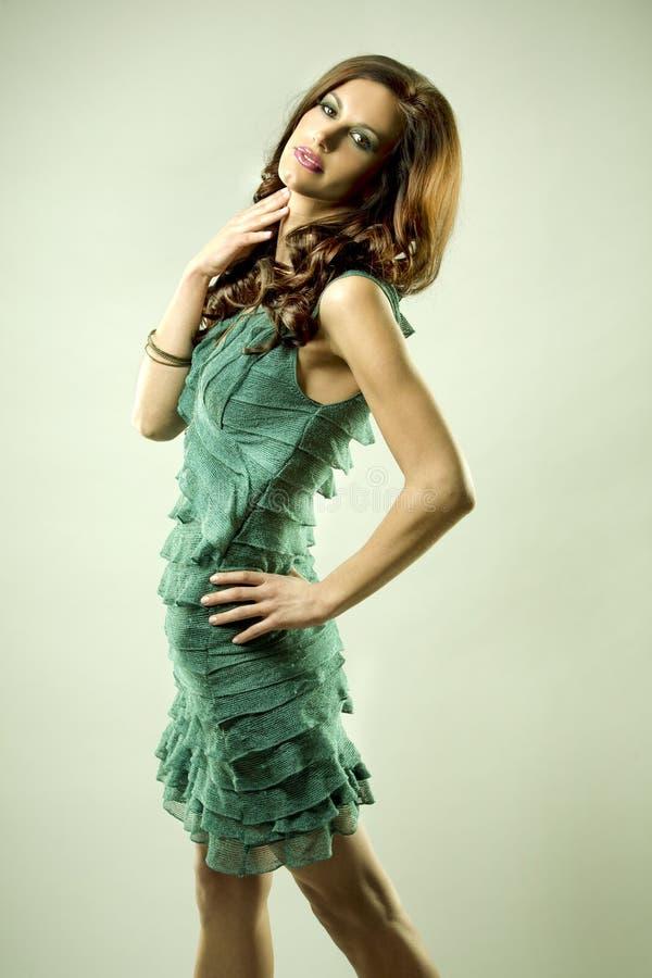 Brunette e vestido do verde fotografia de stock royalty free