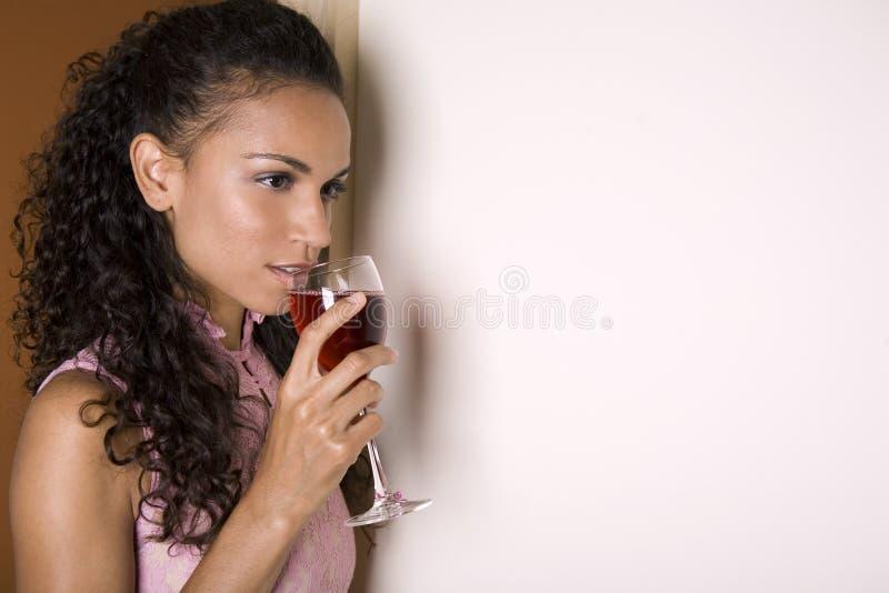 Brunette e vino rosso immagini stock libere da diritti