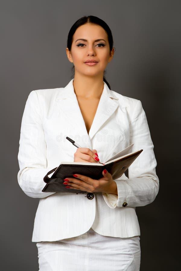 Brunette in een wit pak stock foto's