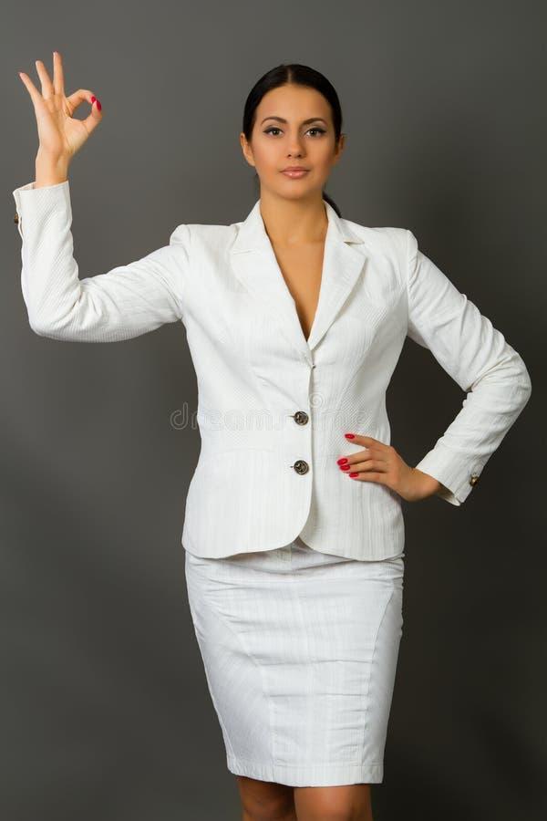 Brunette in een wit pak royalty-vrije stock afbeeldingen
