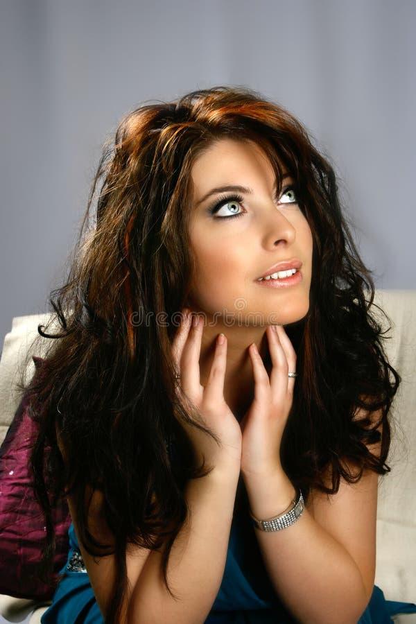 Brunette encantador com olhos azuis foto de stock
