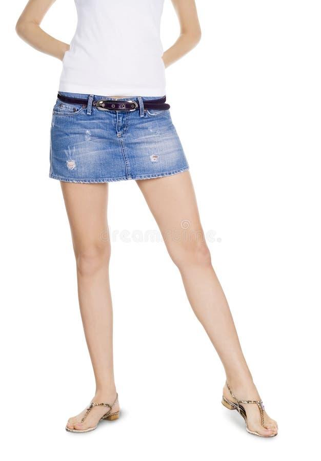 Brunette encantador en falda del dril de algodón fotos de archivo