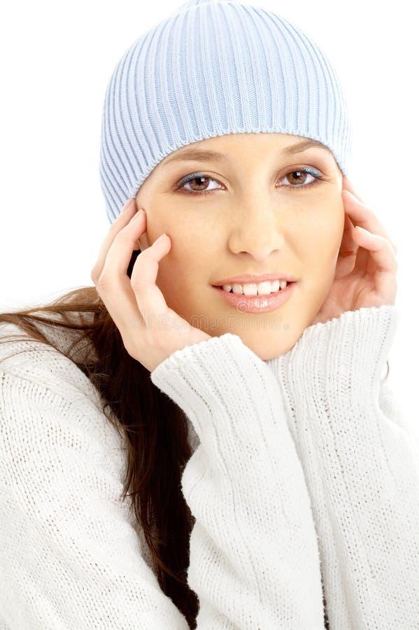 Brunette encantador en sombrero del invierno imagen de archivo
