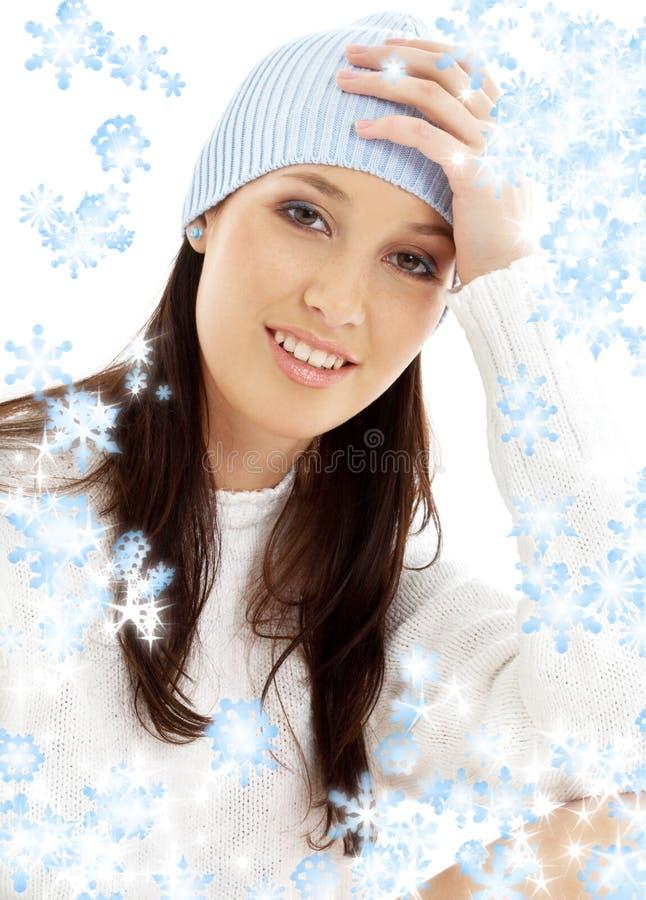 Brunette encantador en sombrero del invierno fotografía de archivo