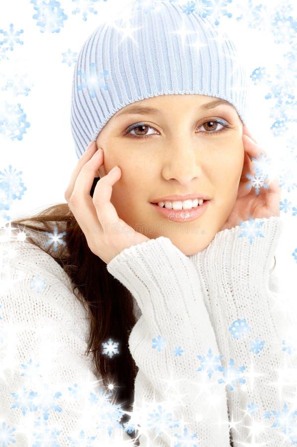 Brunette encantador en sombrero del invierno con los copos de nieve fotografía de archivo