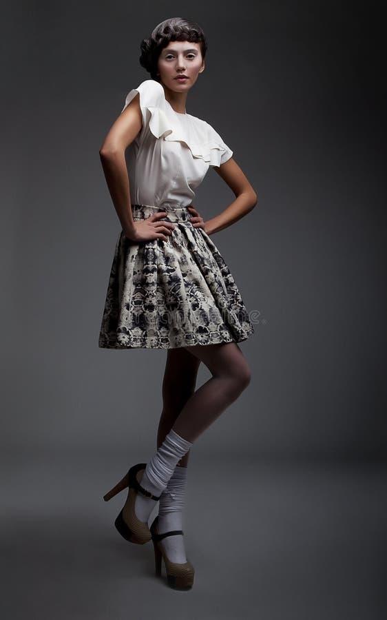 Brunette encantador hermoso en ropa retra fotos de archivo