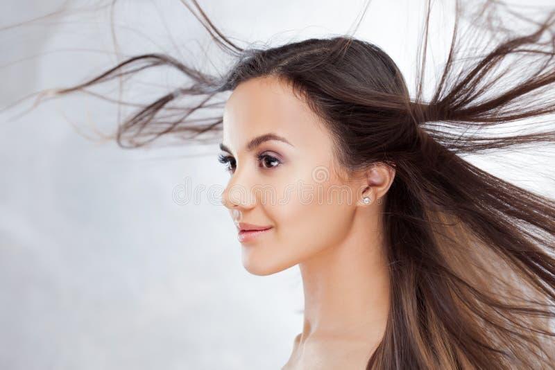Brunette encantador novo Retrato da beleza de uma mulher bonita nova fotos de stock
