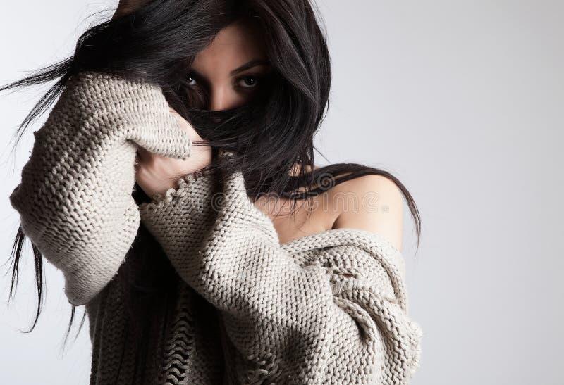 Brunette encantador que oculta su cara por el pelo imagenes de archivo