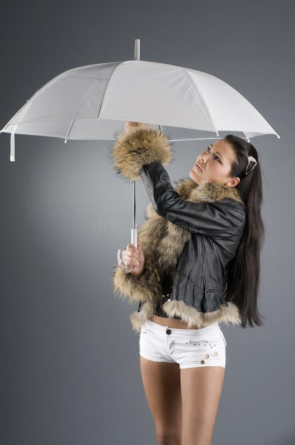 Brunette et parapluie photographie stock libre de droits