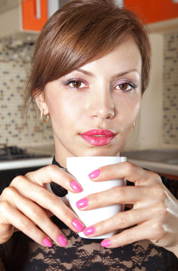 Brunette feliz no café l imagens de stock royalty free