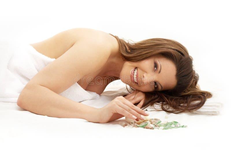 Brunette feliz nos termas imagens de stock royalty free