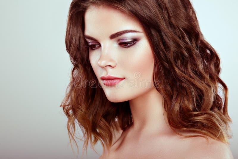 Brunette-Frau mit dem langen glänzenden gewellten Haar lizenzfreies stockfoto
