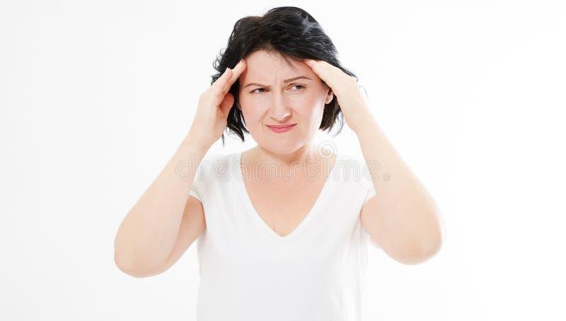 Brunette Frau von mittlerem Alter über lokalisierten Hintergrundleidenkopfschmerzen stockfotografie