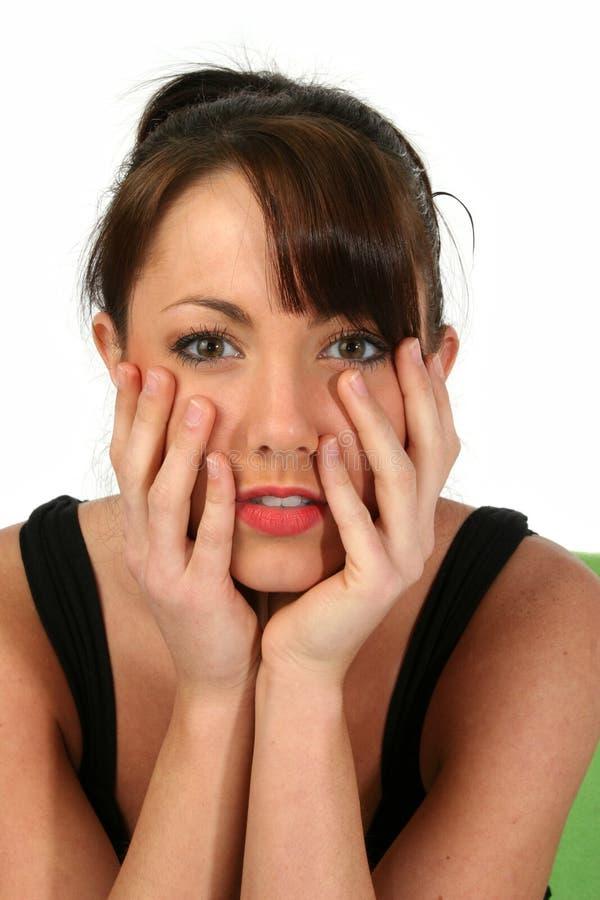 Brunette-Frauen-Holding-Gesicht lizenzfreie stockbilder