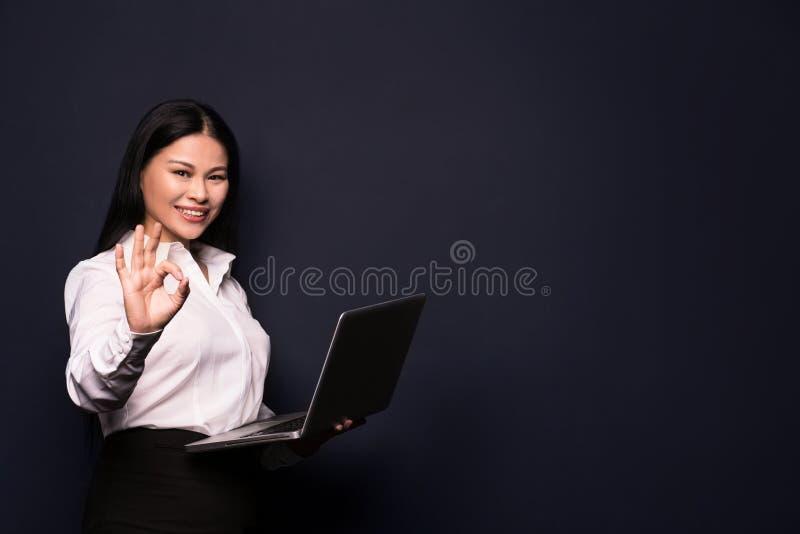 Brunette Frauenumarmungslaptop stockbilder
