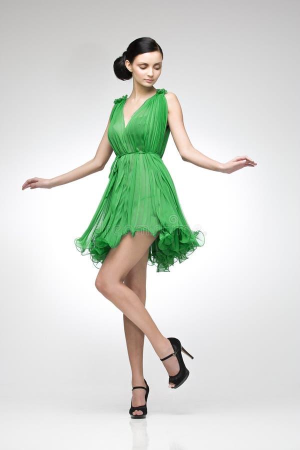 Brunette in groene kleding stock afbeeldingen