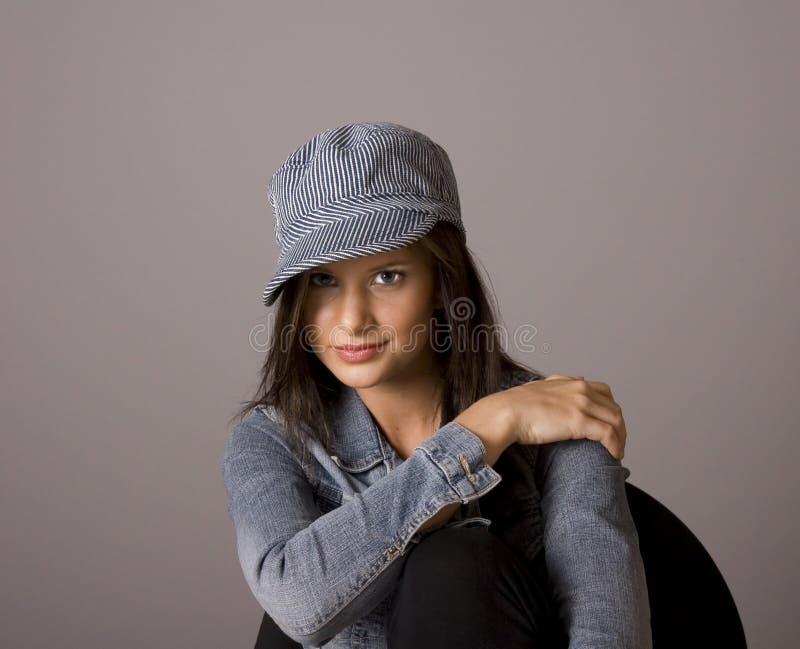 Brunette-Hand auf Schulter in der Denim-Jacke und der Schutzkappe lizenzfreies stockfoto