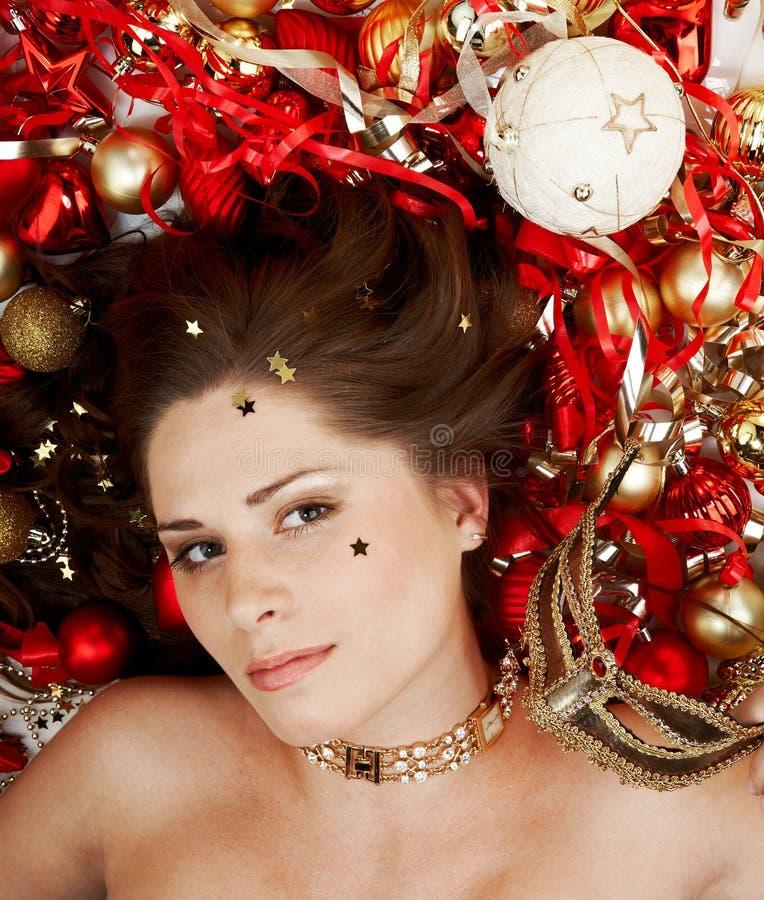 Brunette hermoso con la decoración de la Navidad foto de archivo libre de regalías