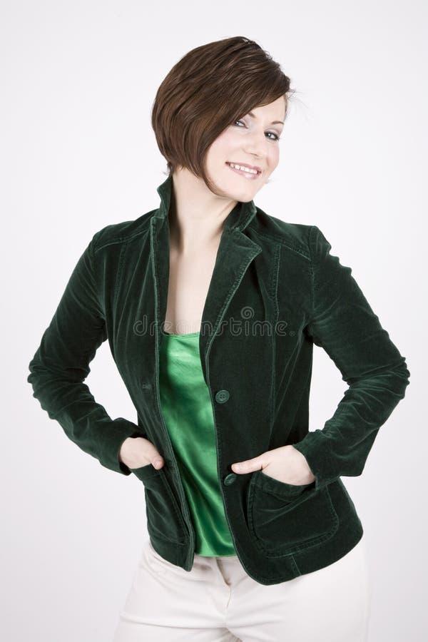 Brunette hermoso en la sonrisa verde fotos de archivo