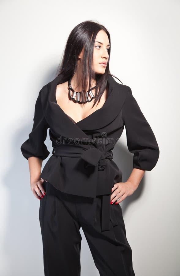 Brunette hermoso en un pantsuit con estilo de la manera foto de archivo