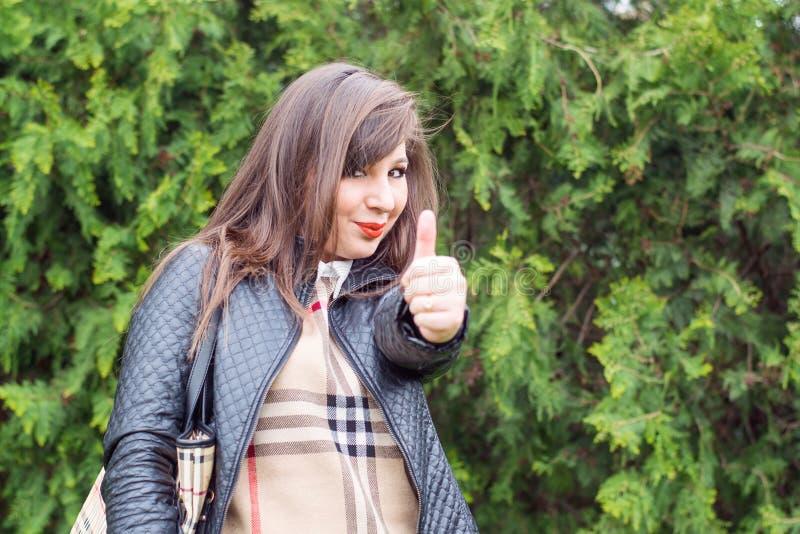 Brunette hermoso joven foto de archivo libre de regalías