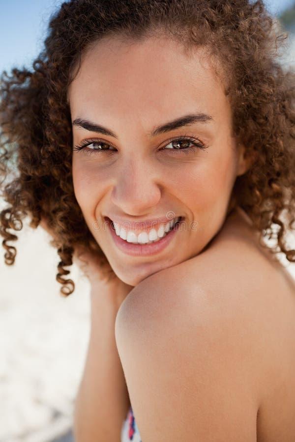 Brunette Hermoso Sonriente Que Mira Fijamente La Cámara Imagen de archivo