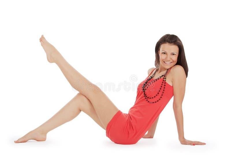 brunette in het rode kleding stellen over wit royalty-vrije stock foto