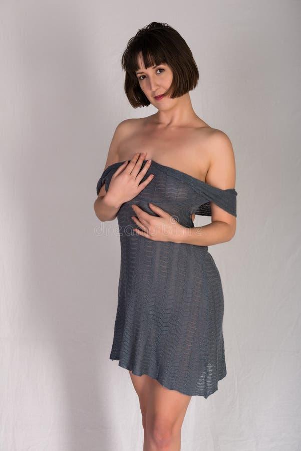 Brunette im Grau stockfoto