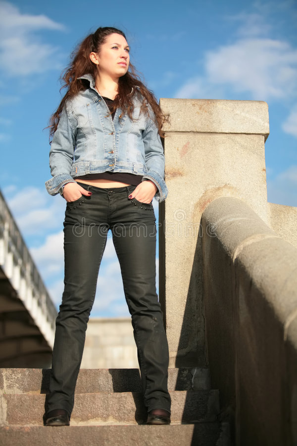 Brunette in jeansjasje stock foto's