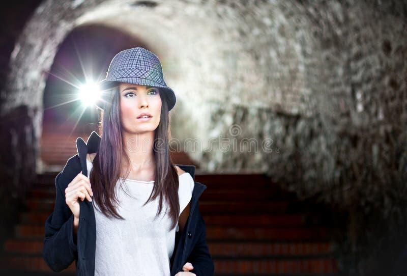 Brunette joven atractivo con la presentación del sombrero. fotos de archivo