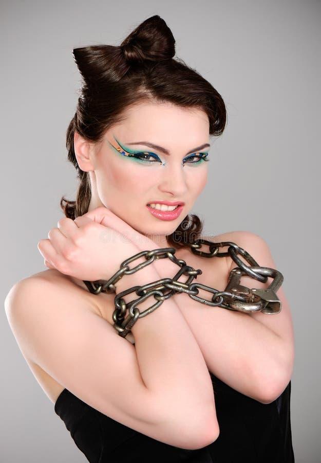 Brunette joven con el encadenamiento y el maquillaje foto de archivo libre de regalías