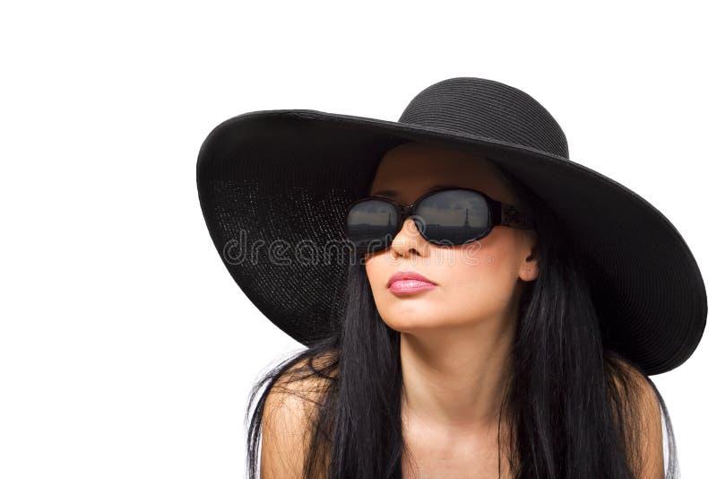 Brunette joven en sombrero negro fotografía de archivo libre de regalías