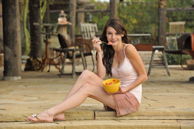 Brunette jugendlich mit gesundem Imbiß stockbilder