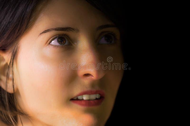 Brunette-, junges und hübschesfrauenporträt ohne Make-up stockbilder