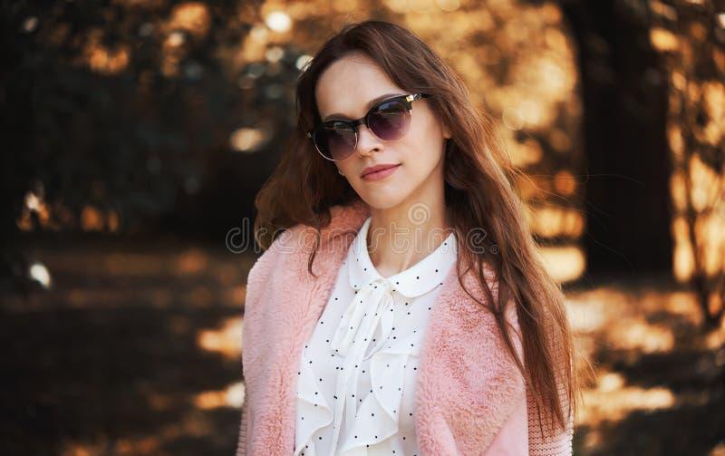 Brunette-kvinnan bär solglasögon royaltyfri fotografi