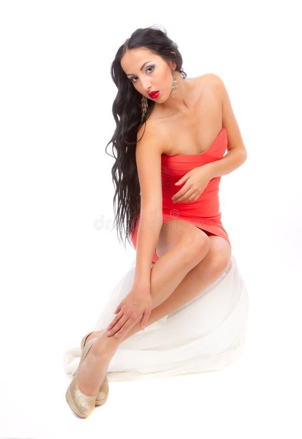 Brunette Leggy em um vestido vermelho fotografia de stock royalty free
