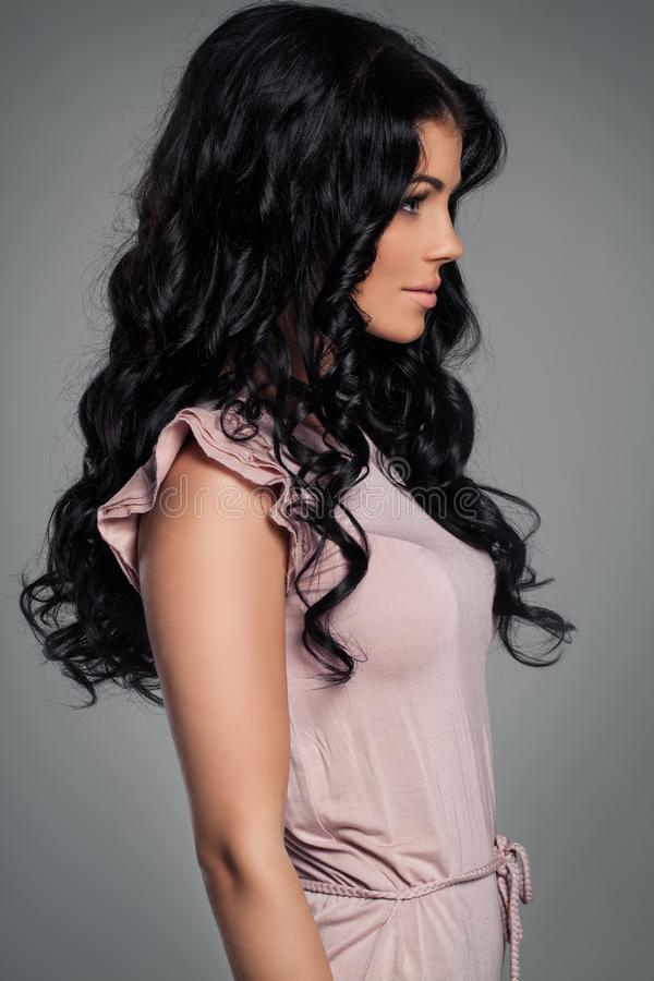 Brunette-Mädchen-Mode-Modell Junge Frau mit dem gesunden gelockten Haar stockbilder