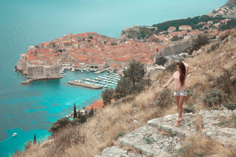 Brunette-Mädchentouristische Besuchsgebirgsstandpunktbesichtigung I lizenzfreie stockbilder