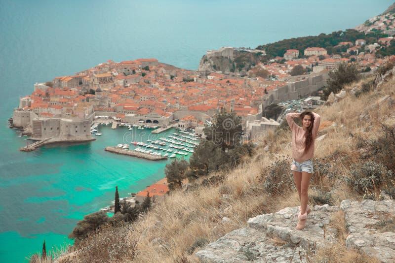 Brunette-Mädchentouristische Besuchsgebirgsstandpunktbesichtigung I stockfoto