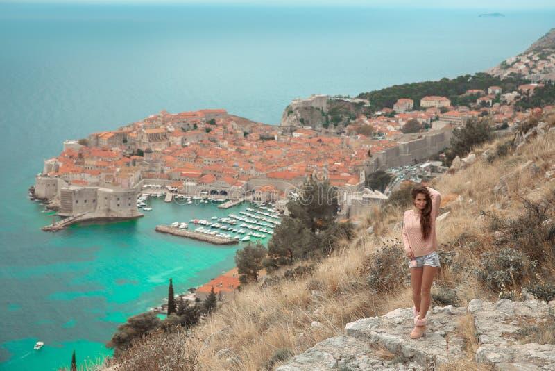 Brunette-Mädchentouristische Besuchsgebirgsstandpunktbesichtigung I stockfotografie