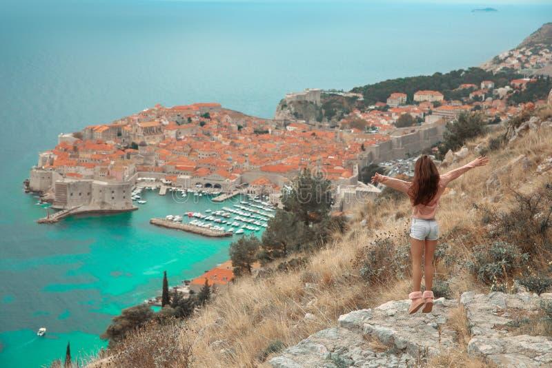 Brunette-Mädchentouristische Besuchsgebirgsstandpunktbesichtigung I stockbild