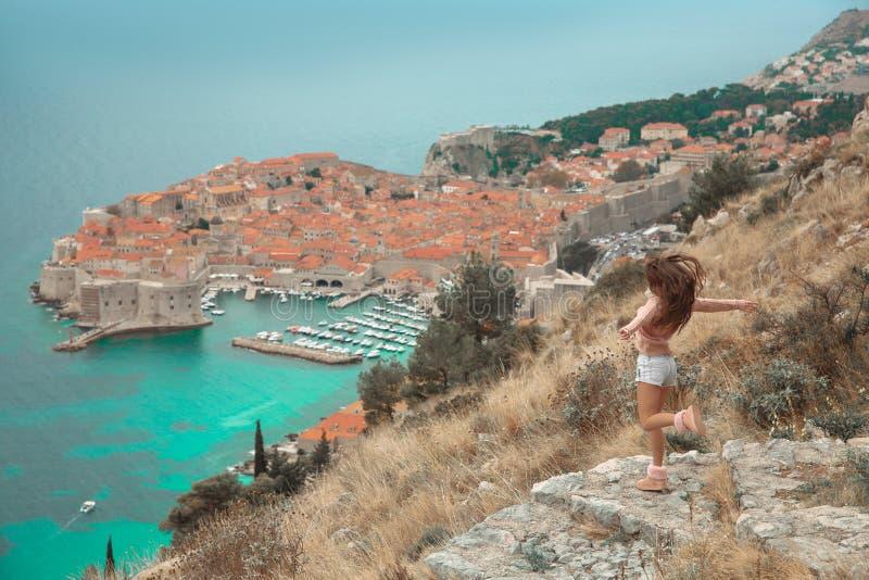 Brunette-Mädchentouristische Besuchsgebirgsstandpunktbesichtigung I lizenzfreie stockfotos