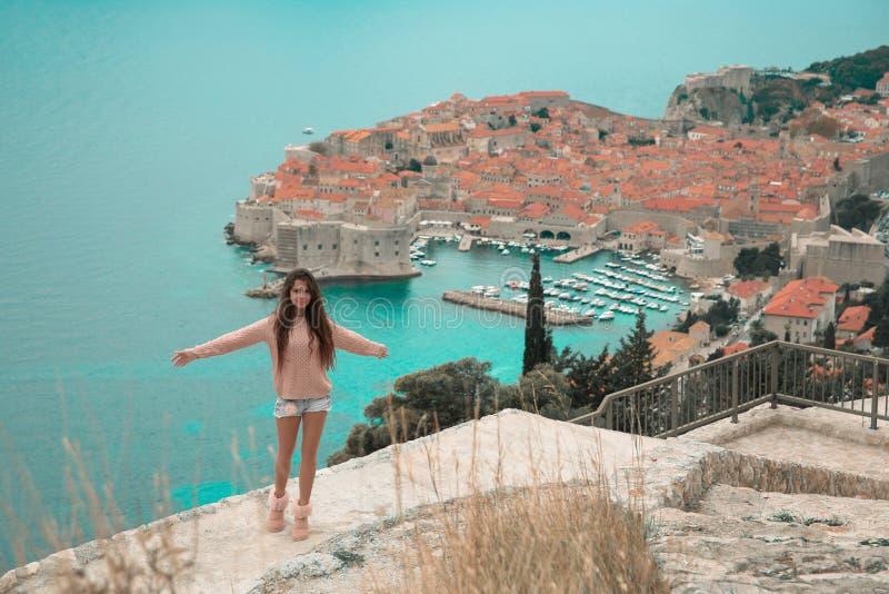 Brunette-Mädchentouristische Besuchsgebirgsstandpunktbesichtigung I lizenzfreies stockbild