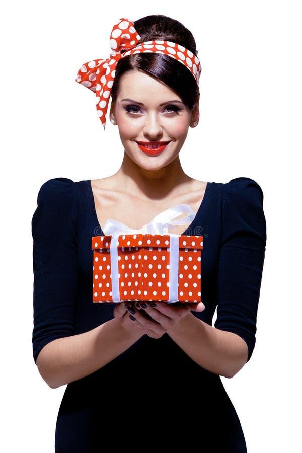 Brunette magnífico con el rectángulo de regalo imágenes de archivo libres de regalías